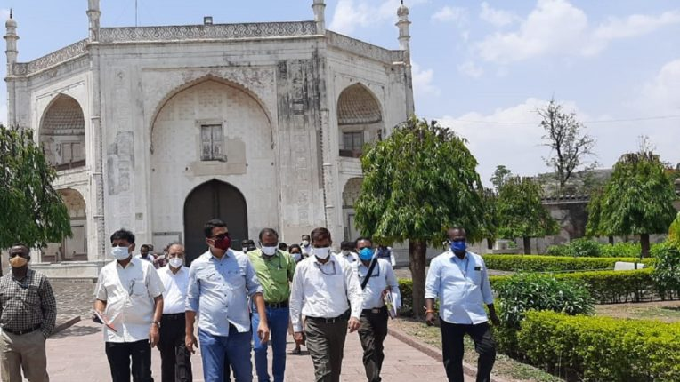 The historic BBK tomb area will be beautified under the Smart City scheme; Municipal Commissioner and Administrator Astik Kumar Pandey inspected the work