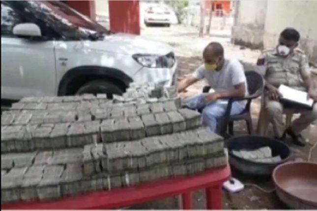 दिल्लीकडून गुजरातकडे जाणाऱ्या गाडीत सापडले पैशांचे घबाड ; कोट्यवधींच्या नोटा मोजण्यासाठी मागवाव्या लागल्या मशीन्स