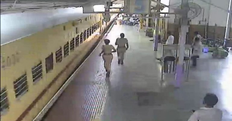 Attempted to board a running train and ... RPF jawan's alert saved the life of a pregnant woman Dadar's video goes viral after Wangani