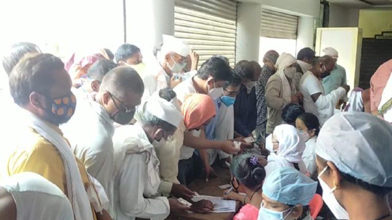 परळीत नटराज रंग मंदिरात लस घेण्यासाठी नागरिकांनी केली धक्काबुक्की; शेकडो नागरिक लसी विना परतले घरी