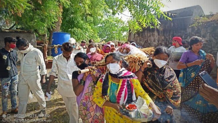 चार मुलींनी दिला आईच्या प्रेताला खांदा, तर पाचव्या मुलीने दिला मुखाग्नी…