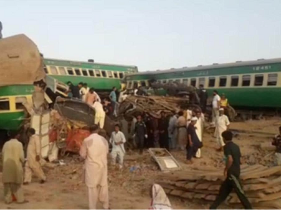 पाकिस्तानात भीषण रेल्वे अपघात, ३० जणांचा मृत्यु, अशी घडली दुर्घटना