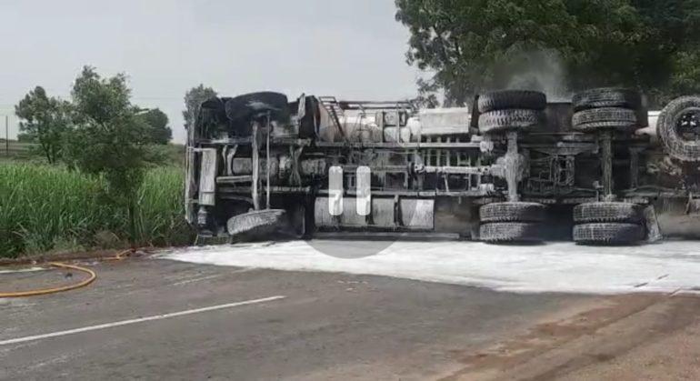 नागपूर-मुंबई महामार्गावर डिझेलचा टँकर पलटी ; दुचाकीस्वार जखमी तर आणखी एक टँकर खाली दाबल्याची चर्चा