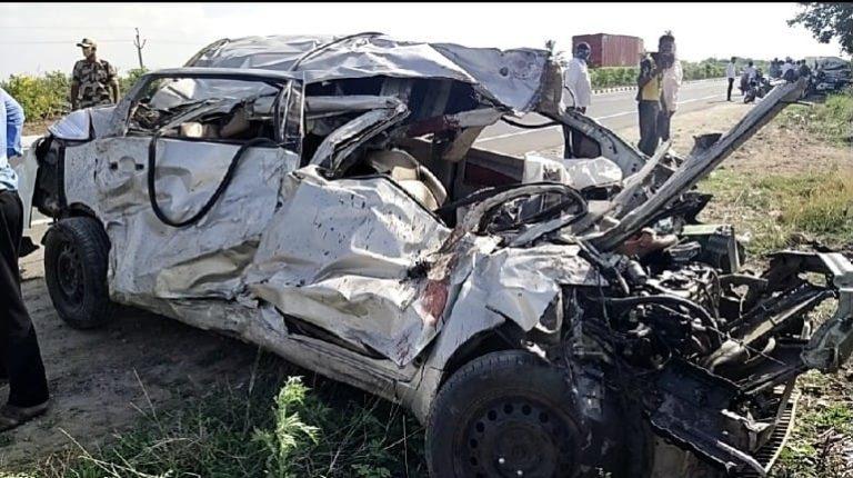 पुणे-सोलापूर राष्ट्रीय महामार्गावर भीषण अपघात; ४ ठार