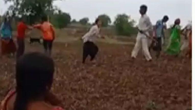 शेतीच्या वादातून बाप-लेकांवर लाठ्या-काठ्या आणि शस्त्राने हल्ला; तीन जण गंभीर जखमी, मारहाणीचा व्हिडीओ व्हायरल