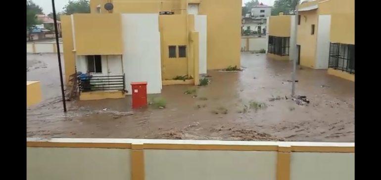 भिगवण ट्रामा केअर सेंटरमध्ये पावसामुळे पाणीच पाणी; परिसराला ओढ्याचे स्वरूप