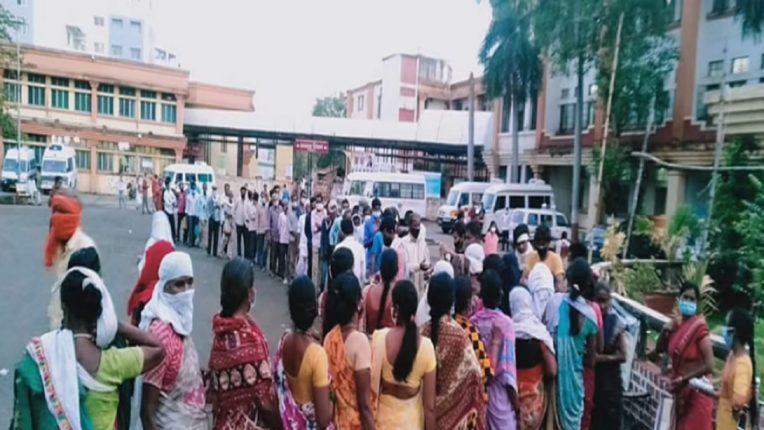 भुकेल्यांसाठी माणुसकीचा घास: 'परिषद की रसोई' १४६ दिवसांपासून नातेवाईकांच्या सेवेत