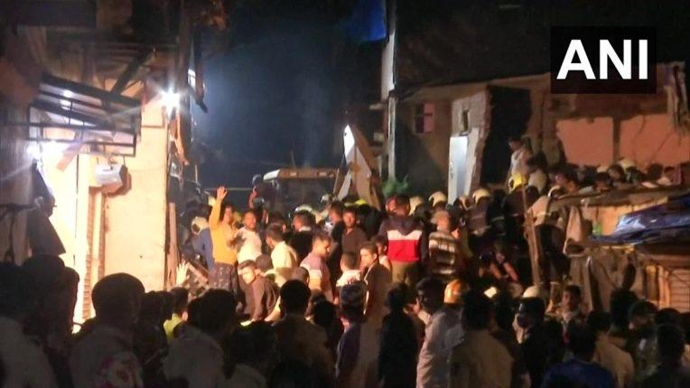 मुंबईत इमारत कोसळली, ११ जणांचा मृत्यू, १८ जण गंभीर, पत्त्याप्रमाणे पडली घरं