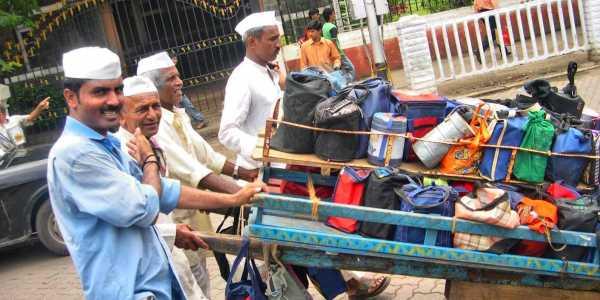 काम थांबलेल्या मुंबईच्या  डबेवाल्यांच्या मदतीला धावली HSBC Bank बँक केली इतक्या लाखांची मदत