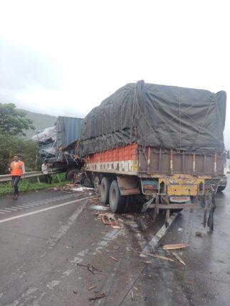 यशवंतराव चव्हाण मुंबई-पुणे द्रुतगती मार्गावर ट्रक आणि कंटेनरचा भीषण अपघात