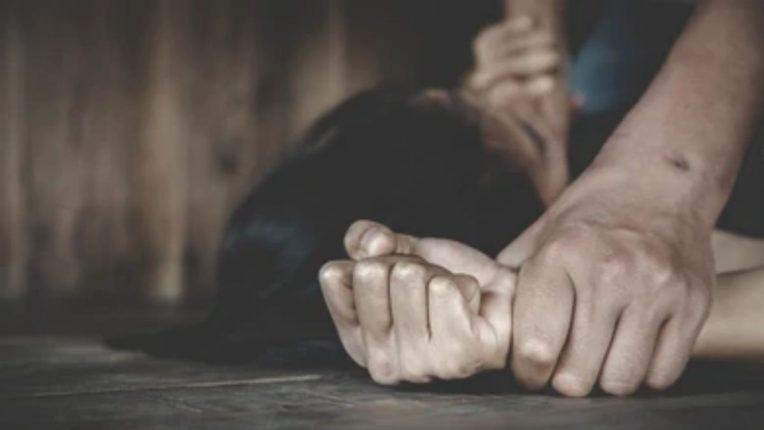 नात्याला काळिमा फासणारी घटना -१६ वर्षांच्या मुलाने नशेत आपल्या आईवरच केला बलात्कार