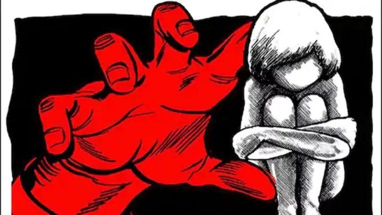 ७ वर्षीय मुलीला शाळेत नेऊन बलात्कार केला; नागरिकांनी आरोपीस दिला चोप