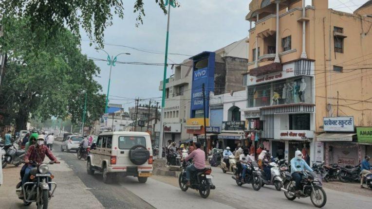 निर्बंध शिथिल होताच नियम धाब्यावर;  बाजारात गर्दी, रस्त्यावरही वाहनांचा राबता