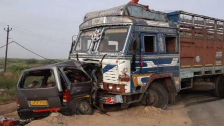 गुजरातमध्ये कार आणि ट्रकचा भीषण अपघात,  १० जणांचा जागीच मृत्यू