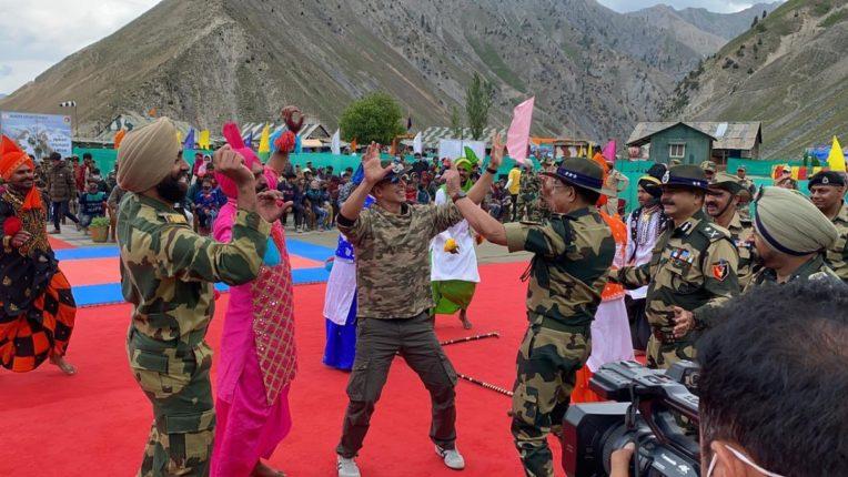 अक्षय कुमारचा काश्मीरमध्ये सैनिकांसोबत डान्स, Video होतोय व्हायरल!
