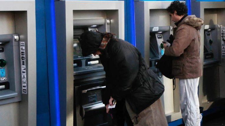 ATM मधून काढायला गेली होती अवघे 1400 रुपये, अकाऊंट चेक केल्यानंतर बसला धक्का; मिळाले 7417 कोटी