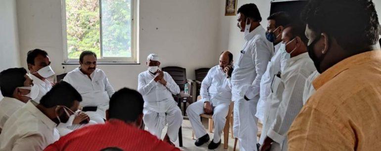 जलसंपदामंत्री जयंत पाटील यांच्या समोर कैफियत मांडताना विरोधी पक्षनेते साठे, पालकमंत्री भरणे ,  दिपक साळूंखेपाटील ,उत्तम जानकर