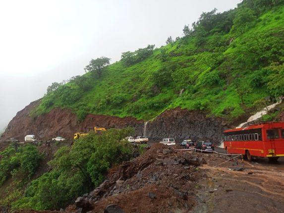 केळघर परिसर : संततधार पावसाने रस्त्याकडेच्या शेतीचे नुकसान तर घाटात ठिकठिकाणी दरड कोसळल्याने वाहतूकही ठप्प