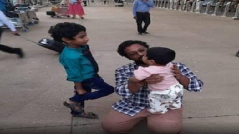 हृदय हेलावणारी घटना: कोविडमुळे आईचं दुबईत निधन; ११ महिन्यांचा मुलगा अस्थी घेऊन मायदेशी परतला अन् बाबांच्या अश्रूंचा फुटला बांध