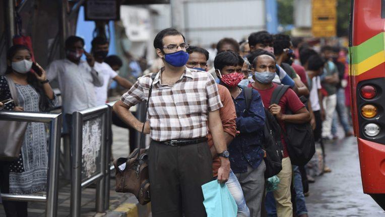 अनलॉक होताच मुंबई बेकाबू : रस्त्यावर वाहनांची लांबच लांब लागल्या रांगा, बसस्थानकातही झाली गर्दी ; लोकं कोरोनाची भीती विसरले