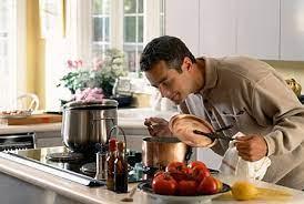 संपूर्ण स्वयंपाक घर सांभाळणाऱ्या 'स्वयंपाकी पुरुषांचं गाव' ; इतक्या वर्षापासूनची आहे परंपरा
