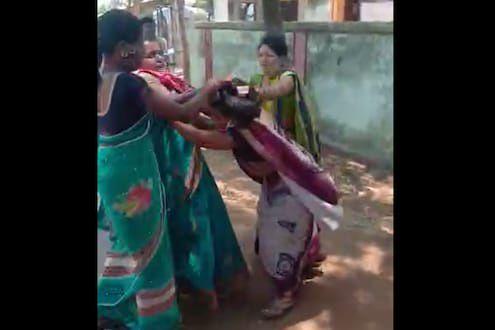 महिला ग्रामसेवक व महिला सरपंच भिडल्या ….अन मग काय ? तुंबळ हाणामारीचा व्हडिओ  social media वर व्हायरल
