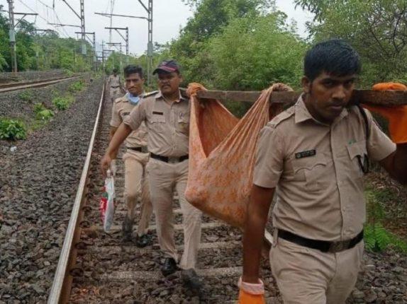 रेल्वेच्या धडकेत जखमी झालेल्या महिलेला ४ किलोमीटर खांद्यावरून उचलून नेत रुग्णालयात केले दाखल