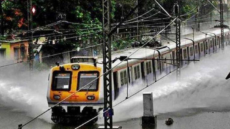 मुंबईत जोरदार पाऊस सुरु, ट्रॅकवर पाणी साचल्याने मध्य आणि हार्बर रेल्वे वाहतूक ठप्प…