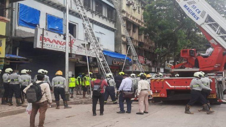 मुंबई फोर्ट परिसरातील इमारतीचा स्लॅब कोसळला, ४० जणांना सुखरुप वाचवण्यात यश