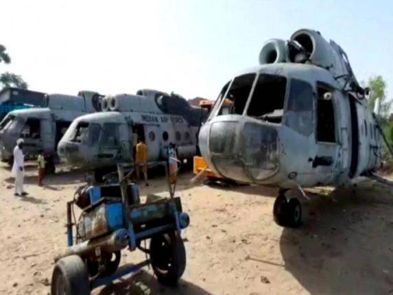 भंगारात विकत घेतलेल्या हेलिकॉप्टरसोबत फोटो काढण्यासाठी नागरिकांची तोबा गर्दी ; कारण जाणून तुम्हीही व्हाल हैराण