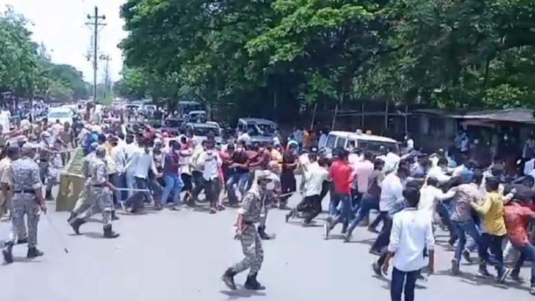उपमुख्यमंत्री अजित पवार यांच्या गाडीचा ताफा बीड मध्ये अडवला; पोलिसांनी आरोग्य कर्मचाऱ्यांवर केला लाठीचार्ज