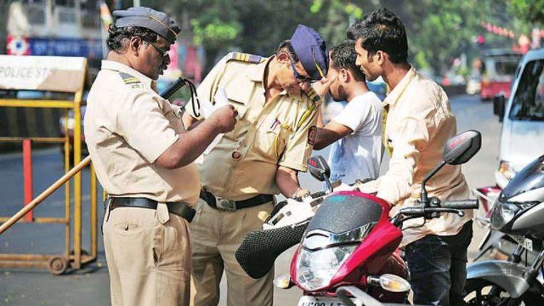 पोलिसाने बाईक अडवली त्यानंतर सोन्याने भरलेली बॅग ताब्यात घेतली आणि नंतर झालं असं की, वाचा सविस्तर