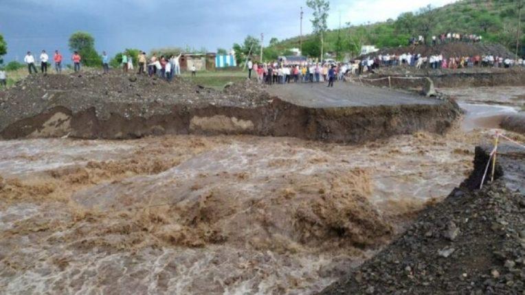 बीडमध्ये पावसाचं रौद्ररूप; मुसळधार पावसात पूल गेला वाहून, अनेक गावांचा संपर्क तुटला