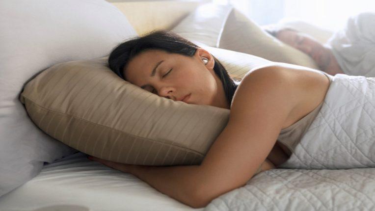 लाईट चालू ठेवून झोपू नका; लाईट बंद न करता झोपत असाल तर…