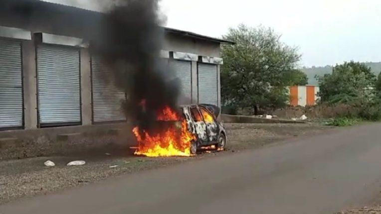 बीडमध्ये 'द बर्निंग कार'चा थरार, ड्रायव्हरच्या प्रसंगावधानामुळे तिघांचा जीव वाचला