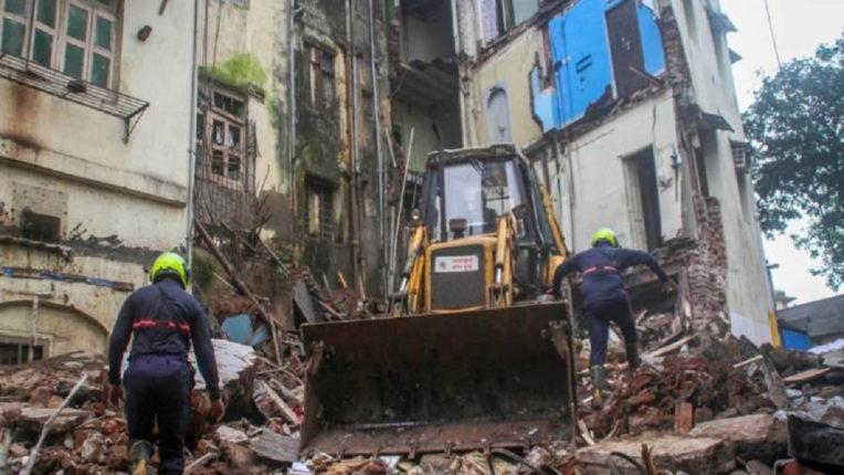varanasi building collapsed