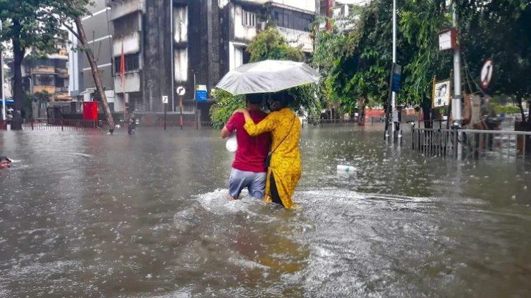 मुंबईत पावसाचा कहर, त्यात लोकलला आली लहर आणि नेहमीप्रमाणेच झाली मुंबईची तुंबई