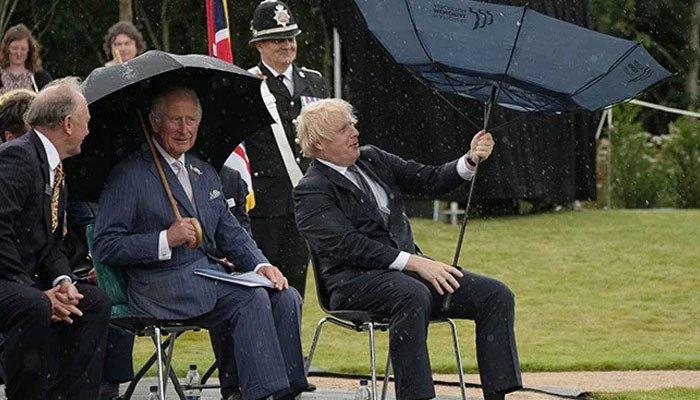या देशाच्या पंतप्रधानांना छत्री सांभाळेना, व्हिडीओ व्हायरल