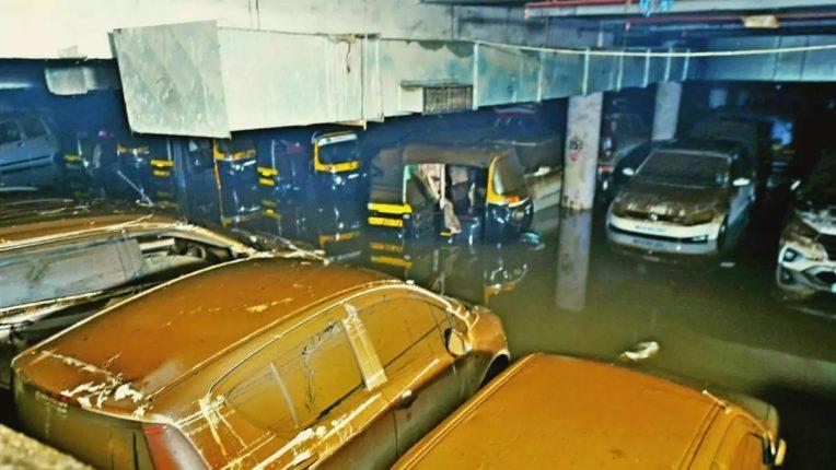 पावसाची संततधार कायम राहिल्याने ४०० आलिशान गाड्यांचे नुकसान; नुकसान भरपाईची मालकांनी महापालिकेकडे केली मागणी