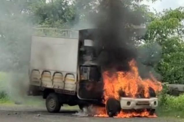 मुंबई-नाशिक महामार्गावर शाॅर्टसर्किटमुळे पीकअप पेटला