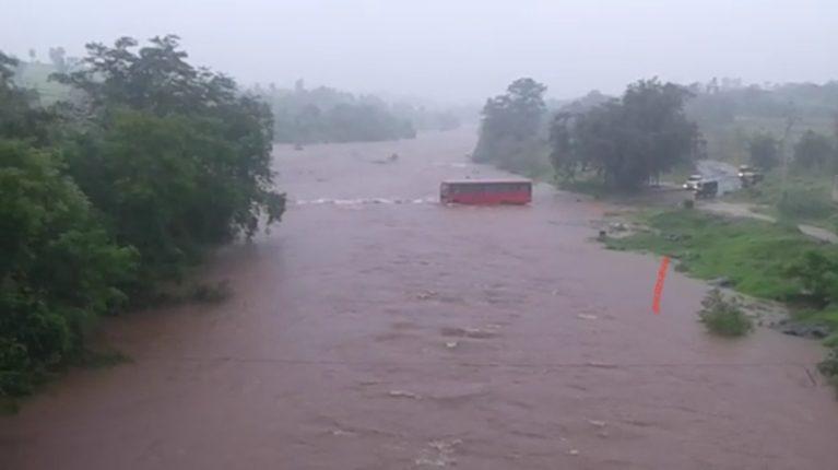 एसटी चालकाचा  धक्कदायक प्रताप दुथडीभरून वाहणाऱ्या नदीच्या पूलावरून नेली एसटी बस