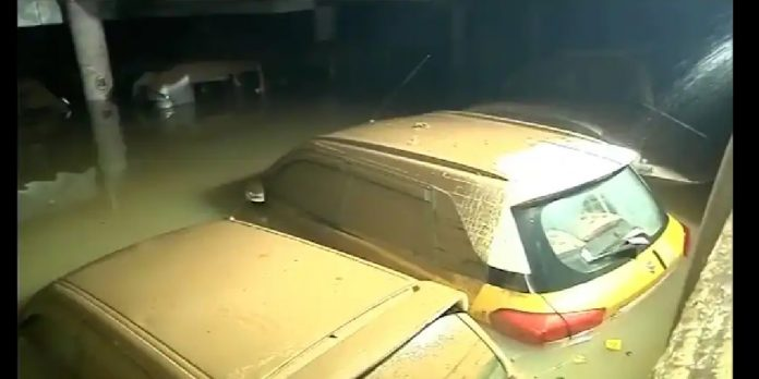 कांदिवलीत पालिकेच्या पार्किंगमधील ४०० गाड्या पाण्याखाली
