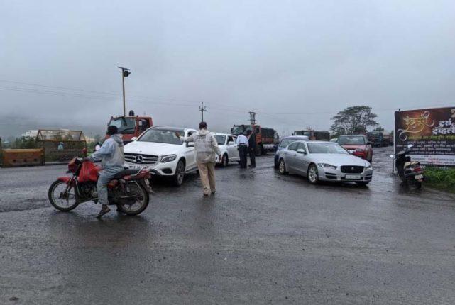 पोलिसांचा कडेकाेट बंदाेबस्त पर्यटनस्थळी पर्यटकांना बंदी