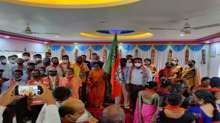 रिफायनरी समर्थक जि. प. सदस्याचा शिवसेनेला 'जय महाराष्ट्र'; माजी आ. प्रमोद जठार यांच्या उपस्थितीत भाजपात प्रवेश