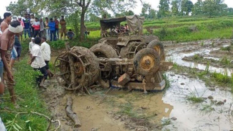 शेतात चिखलणी करताना ट्रॅक्टर उलटला; चालकाचा दबून मृत्यू