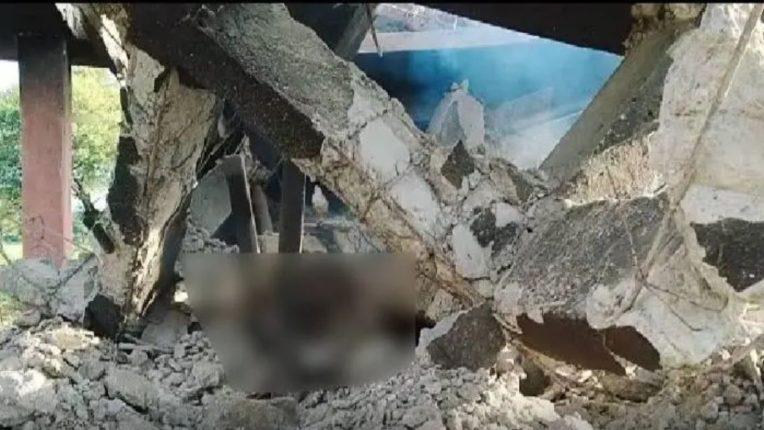 पेटत्या प्रेतावर सिमेंट काँक्रेटचे छत कोसळले, गावकरीही आश्चर्यचकित