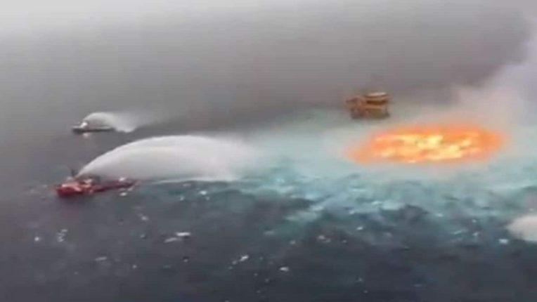 समुद्राच्या मध्यभागी उडाला आगीचा भडका; व्हिडीओ व्हायरल
