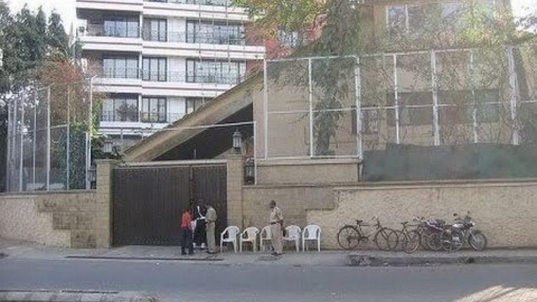 अमिताभ बच्चन यांच्या बंगल्याच्या आवारातील सुरक्षा भिंत पालिका पाडणार; रस्ता रुंदीकरणासाठी जागा ताब्यात घेणार