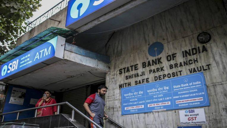 कामाची बातमी : SBI च्या कोट्यवधी ग्राहकांनो, 'हे' काम केलं नाहीत तर 10000 रुपये दंड भरण्याची ओढवू शकते नामुष्की