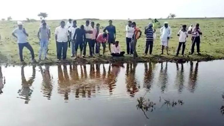 वीज कोसळली आणि खडकातून पाण्याचे झरे ओसंडून वाहू लागले; गावकरी म्हणतात 'ग्रामदैवत पावले!'